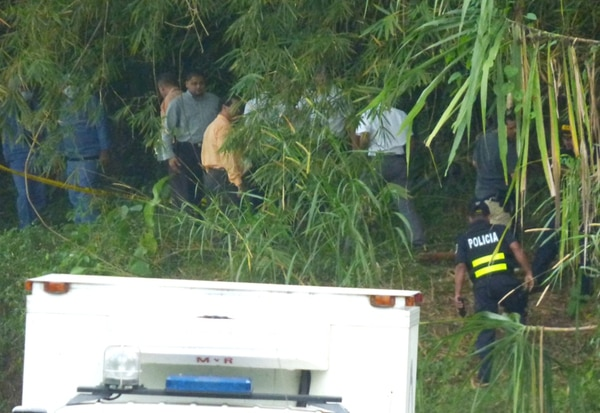 Un contingente de agentes judiciales inspeccionó ayer, durante varias horas, el sitio donde fue encontrada una menor sin vida. Se espera, en las próximas horas, conocer su identidad luego de varios análisis. | DIEGO BOSQUE