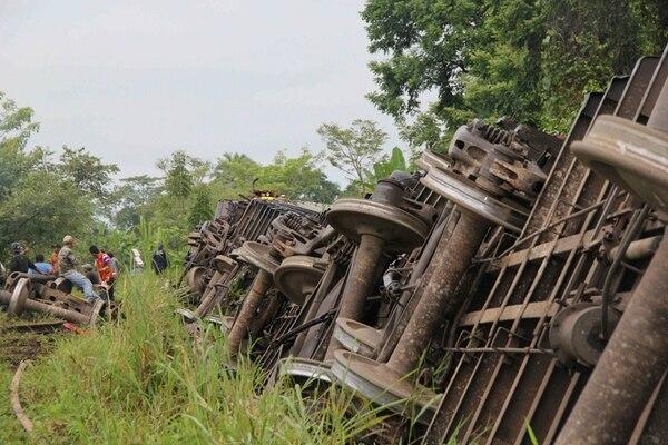 Las autoridades mexicanas todavía no tienen claro por qué se descarriló el tren.   EFE