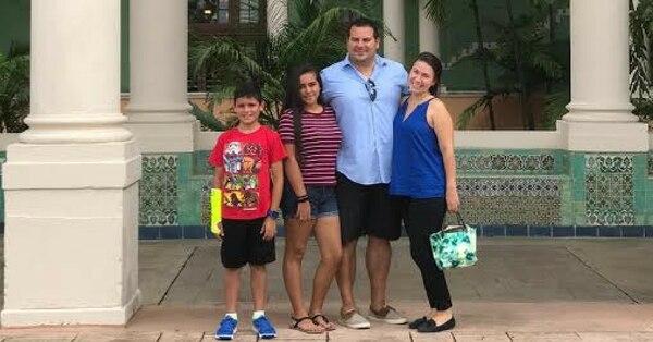 El costarricense Jose Madrigal, junto a su pareja, Samantha Spiliadis, y sus dos hijos, Ashley y Anthony.