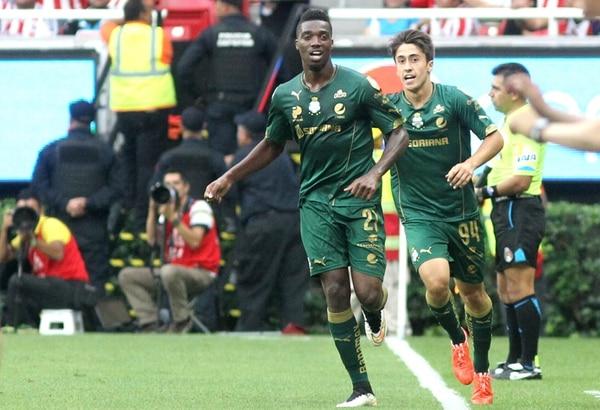 Djaniny Tavares, de Cabo Verde, anotó el primero de los tres goles con los que el Santos eliminó y humilló a las Chivas en su propia casa. | EFE