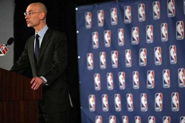 El comisionado Adam Silver anunció ayer el castigo, el más duro en la historia de la NBA para resolver su primera crisis. | AFP