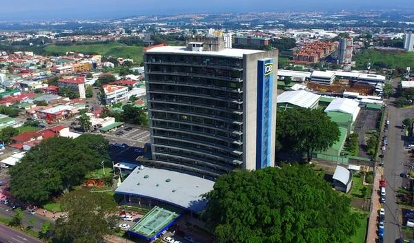 Vista del edificio del Instituto Costarricense de Electricidad localizado frente al Parque Metropolitano La Sabana en San José.