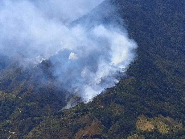 La conflagración se desarrolla cuatro kilómetros al norte del San Jerónimo de San Pedro de Pérez Zeledón. Foto: Marco Calderón para LN.