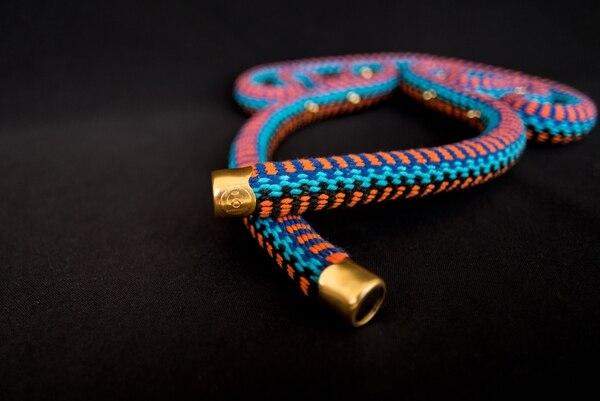 Los accesorios se concibieron, de forma conjunta, con el diseño y creatividad de Álvaro Núñez, fundador de Autóctono y de un grupo de mujeres artesanas de la comunidad indígena de Boruca.