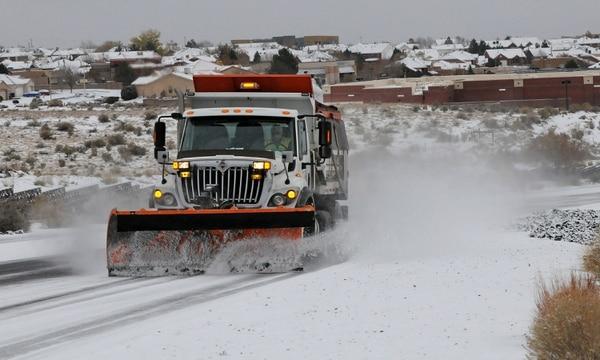 Una gran tormenta invernal con nieve y granizo que azota el suroeste de Estados Unidos causó al menos 13 muertos en cinco estados, según informaron este domingo medios locales.