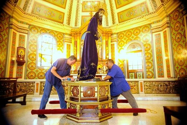Juan Rafale Cordero (derecha) y Fabre Espinoza a la (izquierda) fijan al Nazareno en el pedestal que se utilizará en la procesión de las 7:30 p.m.
