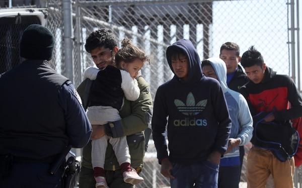 Migrantes centroamericanos detenidos son cargados en una camioneta de la Policía Fronteriza, el 31 de marzo del 2019, en El Paso, Texas. Foto: AFP