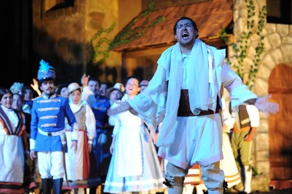 Entrenamiento. En un ensayo reciente, Ono Mora practicaba las exigencias vocales de su rol como Nemorino. Jorge Navarro.
