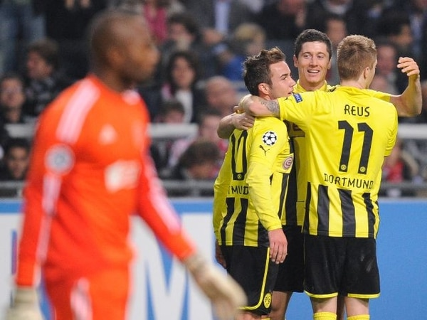 Los jugadores del Dortmund celebran el gol de Robert Lewandowski. / AFP