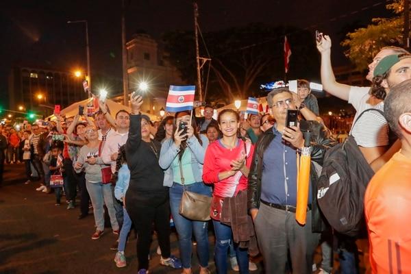 Las banderas de Costa Rica también se hicieron presentes. Otras personas estaban, celular en mano, listas para captar las imágenes de la llegada de la antorcha de la libertad. Fotografía José Cordero