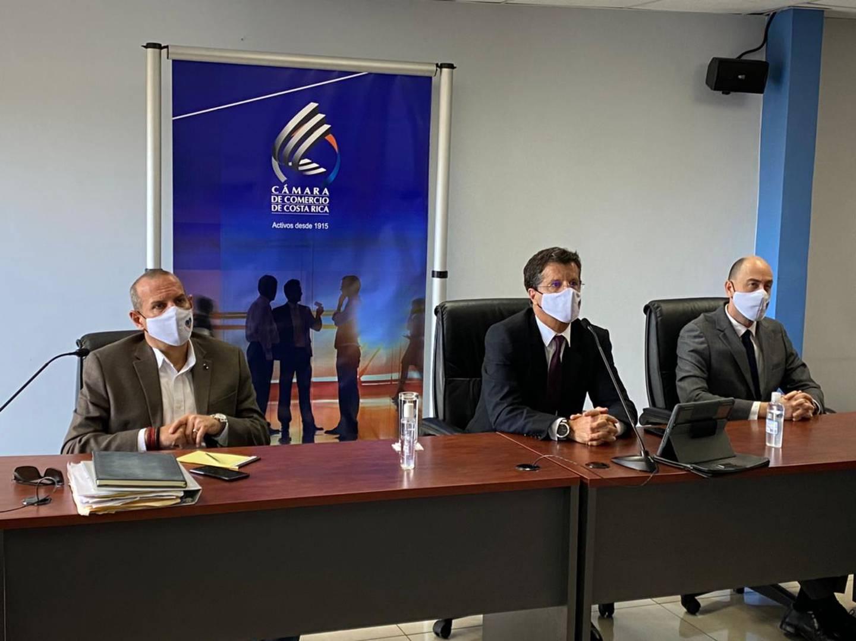 Jorge Figueroa, presidente de Cacore, Julio Castilla, presidente de la Cámára de Comercio, y Arturo Rosabal, vicepresidente de los comerciantes (izquierda a derecha) insistieron en la necesidad de flexibilizar medidas. Foto: Cortesía