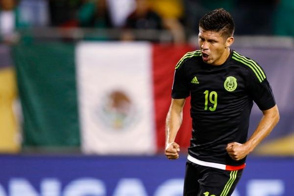 El delantero mexicano Oribe Peralta celebra el primer tanto de México, en la goleada ante Cuba.
