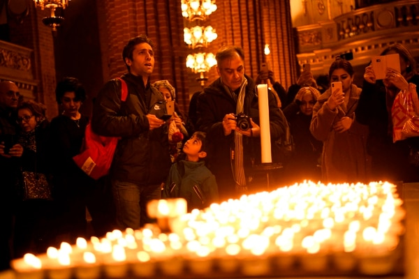 Decenas de personas participan en un acto conmemorativo para las víctimas del accidente del vuelo PS752, de Ukrainian Airlines, en Irán, en la iglesia de Storkyrkan, en Estocolmo, el 15 de enero del 2020. Foto: AFP