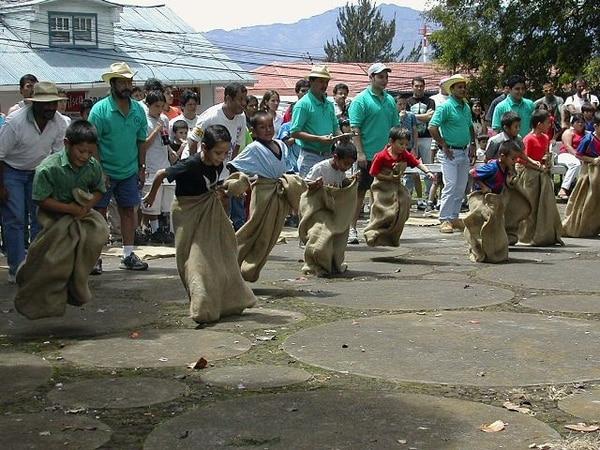 Las tradicionales carreras de sacos serán uno de los eventos que disfrute la familia en Alajuelita. Archivo.Tradición.