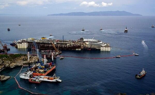 El Costa Concordia fue puesto a flote ayer frente a la isla toscana del Giglio, en la preparación para ser retirado por la grúa para desmontarlo.   AP