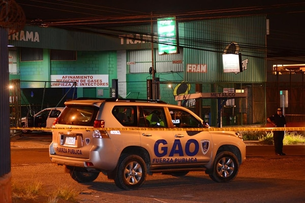 Al fondo, dentro de un local comercial, quedó el carro que perdió el control y se llevó una malla. Poco después el OIJ capturó al sospechoso del crimen.