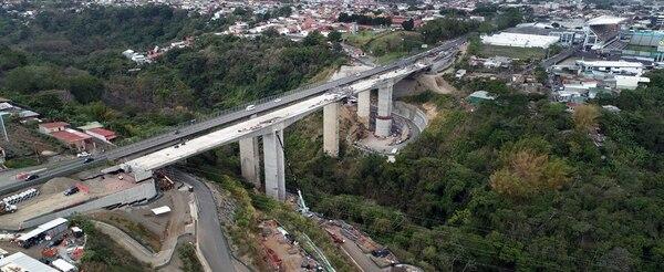 El nuevo puente sobre el río Virilla, en la ruta 32, podría ser inaugurado en setiembre. A su lado, el denominado puente del Saprissa, también será sometido a algunos arreglos. Foto: Cortesía MOPT
