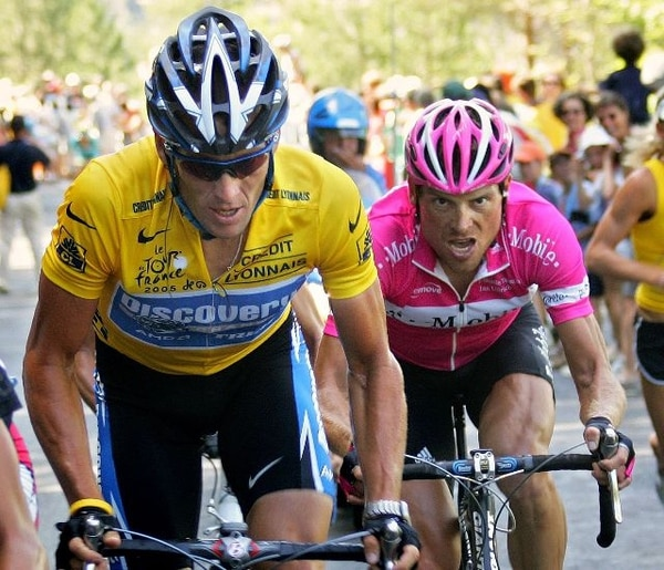 Lance Armstrong (izquierda) y el alemán Jan Ullrich, su eterno rival en la ronda gala, pelean codo a codo en una de las etapas del Tour de Francia de 2005, uno de siete que desde ayer fueron declarados desiertos por la UCI.   ARCHIVO