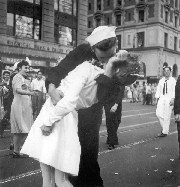 El famoso festejo del fin de la Segunda Guerra Mundial, el 14 de agosto de 1945, en Times Square, Nueva York.