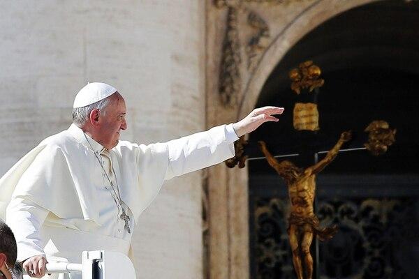 El papa Francisco saluda a los peregrinos que acudieron a la audiencia general de los miércoles, en Ciudad del Vaticano.