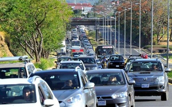 El Ministerio de Hacienda informó ayer que para 1,1 millones de carros el impuesto a la propiedad de vehículos se reducirá en el pago del marchamo 2017. En el caso de los autos particulares la baja será de 6,36% en promedio y en carga liviana de 3,46%. | ALONSO TENORIO/ARCHIVO