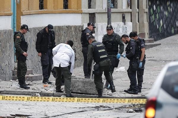 La Policía inspeccionó el lugar donde estalló una bomba cerca de la plaza de toros de La Santamaría en el centro de Bogotá, Colombia.
