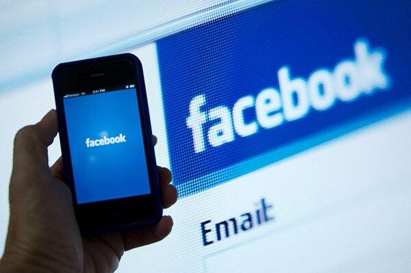 Las descripciones que reciben los usuarios de Facebook con discpacidad visual se limitan a 100 palabras descriptivas. | AFP.