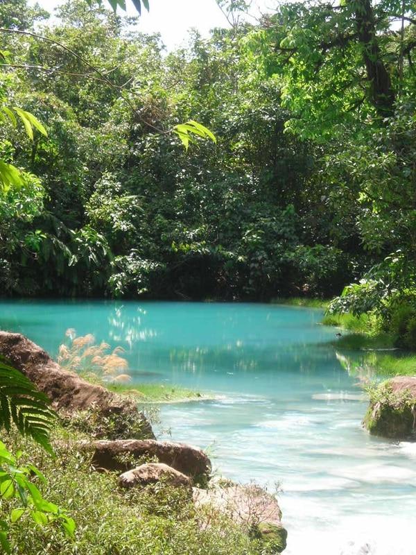 Laguna Azul, en los teñideros del río Celeste. La laguna se ubica al nordeste del volcán Tenorio.