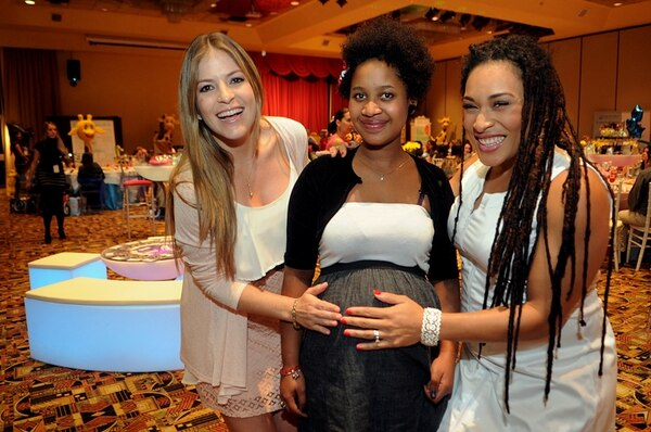Hanna Gabriels y Viviana Calderón departieron con la joven Stephanie Rodríguez, de la Posada Belén, durante el té de canastilla que organizó la empresa Bebé Mundo en su honor.   ALONSO TENORIO.