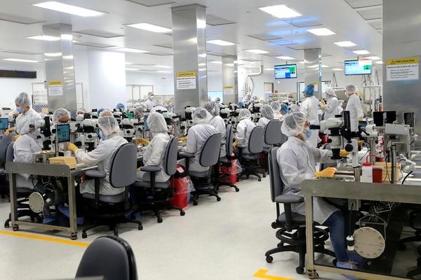 La multinacional del sector médico, Edwards Lifescienses, abrió una segunda planta en La Lima, Cartago, donde fabricará válvulas para el corazón. Foto: Rafael Pacheco