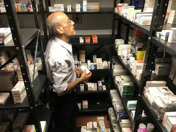 Un voluntario de la ONG Acción Solidaria acomodaba en una bodega en Caracas medicamentos importados. Estos son muy escasos en Venezuela.
