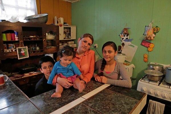 Ivannia Castillo comenzó a trabajar hace cinco años cuando su esposo no le volvió a enviar las remesas de las que ella y sus hijos dependían. Castillo trabaja en un bar en el centro de Santa María de Dota (foto del centro). Gilberth Chacón pasa el tiempo en su cafetal y extrañando a sus dos hijos que viven en Estados Unidos. | ALBERTH MARÍN.