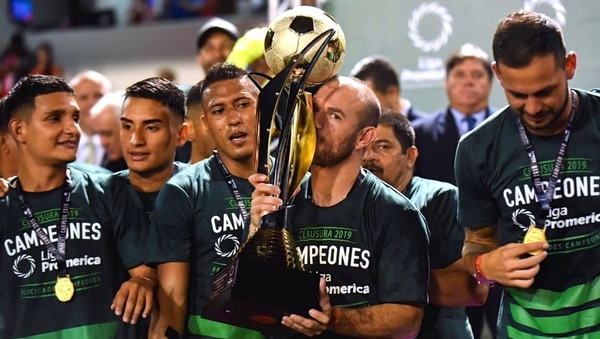 Esteban Ramírez cumple con el protocolo de besar el trofeo. Esta es la novena oportunidad en la que se corona campeón nacional de Costa Rica. Foto: Suministrada por Esteban Ramírez y Cortesía Liga Promérica / Unafut.