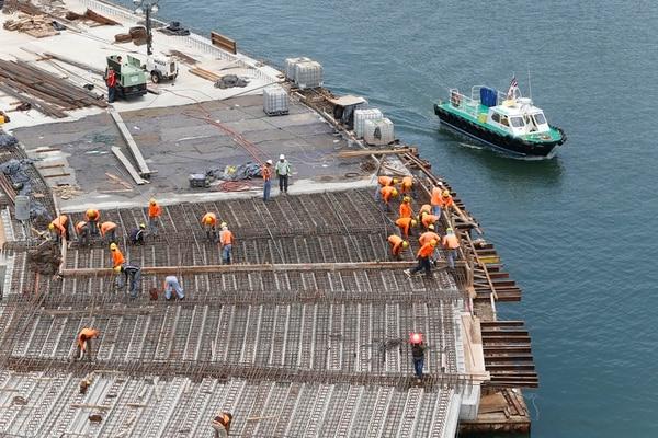 Decenas de trabajadores apuran las labores para que el nuevo muelle granelero en el Pacífico esté listo antes de lo previsto.   RAFAEL PACHECO.
