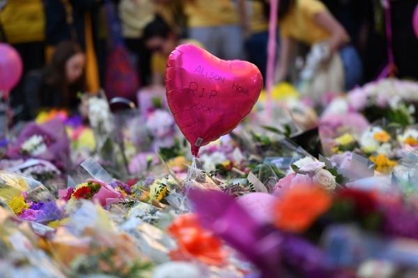 Flores y globos en honor a las 22 víctimas mortales del atentado en Mánchester.