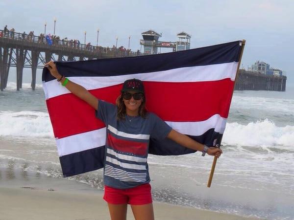 Emily Gussoni festejó ayer su victoria en la categoría Sub 18 del Mundial Junior de Surf.