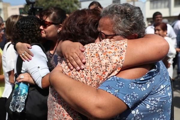 Personas congregadas fuera del Hospital Casimiro Ulloa, en Lima, lloraron cuando se conoció la noticia del fallecimiento de Alan García, este miércoles 17 de abril del 2019. Foto: AP