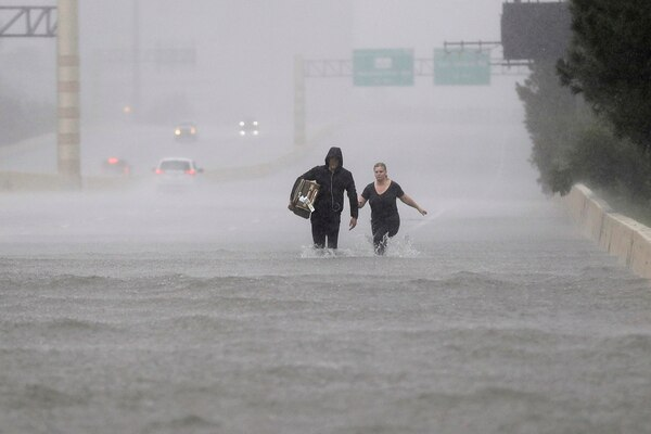 La carretera interestatal 610 estaba totalmente inundada en Houston, Texas.