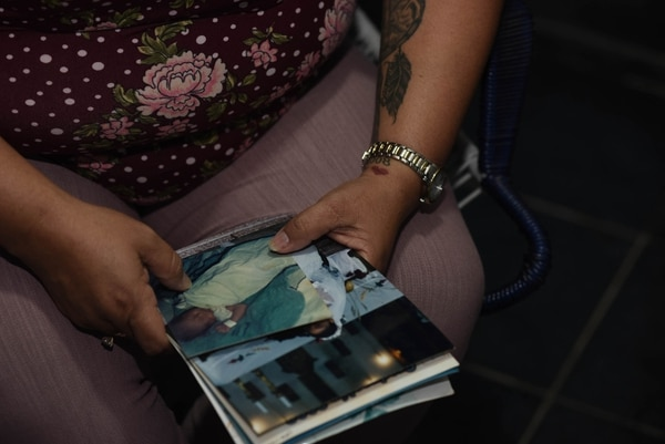 Rosmery Cordero muestra una foto del día en que nació su hija Karolay y lo recuerda como