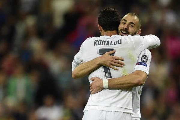 Karim Benzema celebra su anotación con Cristiano Ronaldo.