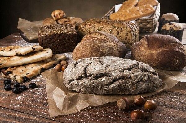 Bodegón de diferentes panes artesanales.