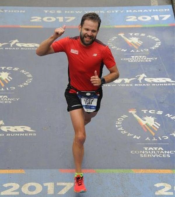 Carlos Moncada celebra al llegar a la meta de la Maratón de Nueva York.