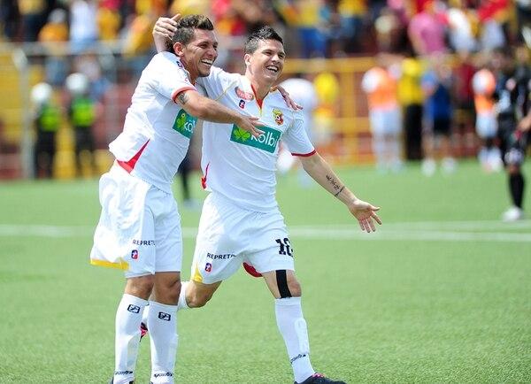 El líder Herediano amplió la brecha de puntos con sus escoltas. Minor Díaz e Ismael Gómez se abrazan, tras el gol de Yosimar Arias. | MELISSA FERNÁNDEZ