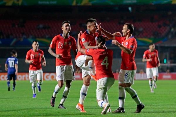 Los jugadores de Chile celebran uno de los cuatro goles ante Japón en la Copa América. Foto: AFP