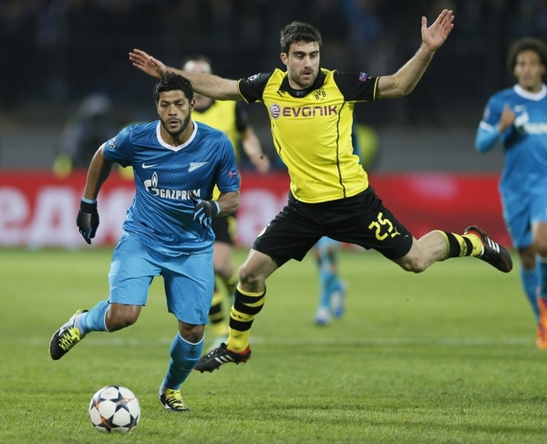 El futbolista brasileño del Zenit de San Petersburgo Hulk (izq.) pelea por el control del balón ante el jugador del Borussia Dortmund Sokratis Papastathopoulos.