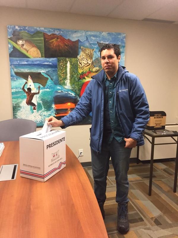 Alejandro Bravo Solano y vote 12:10 p.m. hora local.