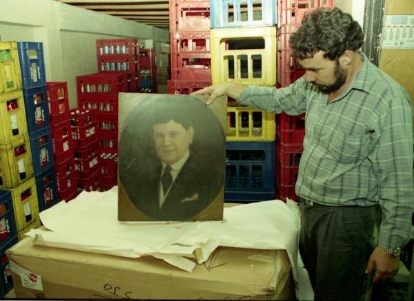 Retrato de Federico Tinoco Granados en una bodega de la Asamblea Legislativa. La pintura fue removida del Salón de Expresidentes en 1994, año del que data la foto. Archivo LN