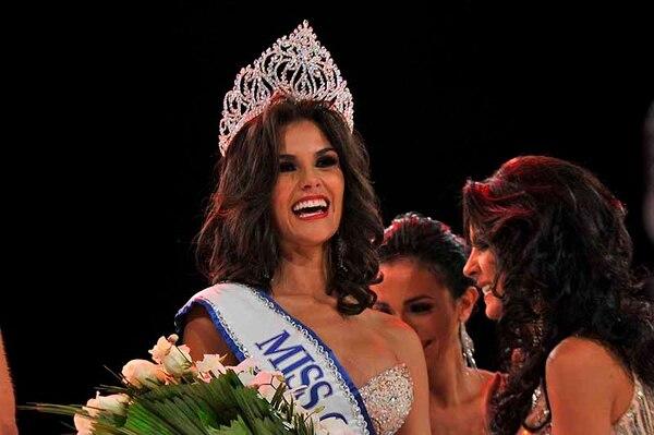 Miss Costa Rica 2013, Fabiana Granados, sonríe al público después de su elección.