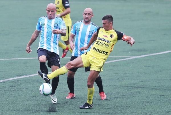 El defensor Liberiano Rafael Núñez (der.) intenta quitarle el balón al delantero de la UCR Anllel Porras. Edwards Jiménez (centro) se suma a la acción.