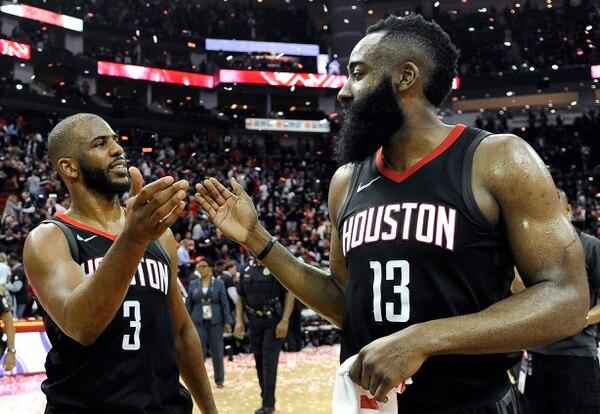 Chris Paul (izquierda) y James Harden, de Rockets, se felicitan por la victoria sobre los Jazz que les dio el boleto a la final del Oeste. Foto: Eric Christian Smith, AP